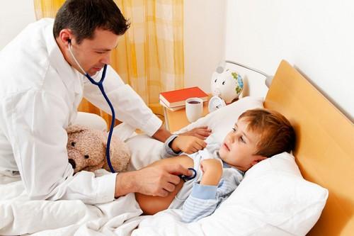 Осмотр ребенка доктором