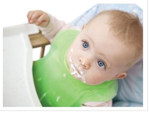 Отрыжка у новорождённых творожком