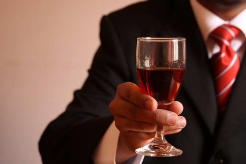 Разрешено немного вина