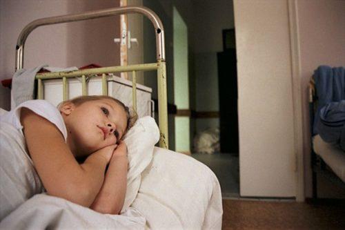 После промывания, пациента провожают в постель, укрывают