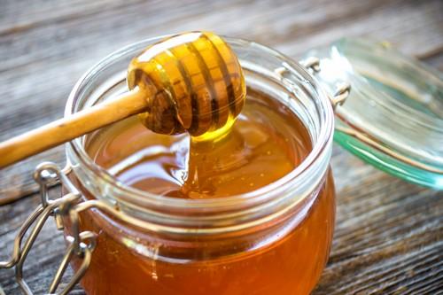 Такой полезный для организма продукт, как мед, в некоторых случаях способен нанести вред